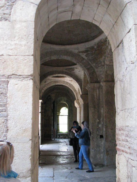 коридор древнего храма, Анталья