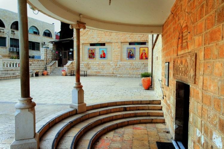 Католическая Базилика, двор