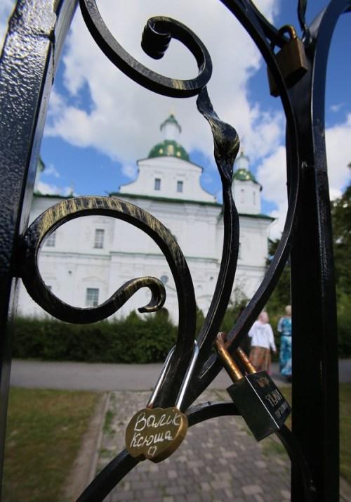 Мгарский монастырь, история Мгарского монастыря, замочки