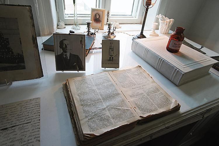 Дом Булгакова, Михаил Булгаков, Киев, Украина, писатель, Андреевский спуск, музей Булгакова, стол