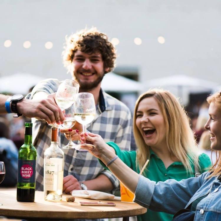 Kyiv Food and Wine Festival, пьют вино, Киев