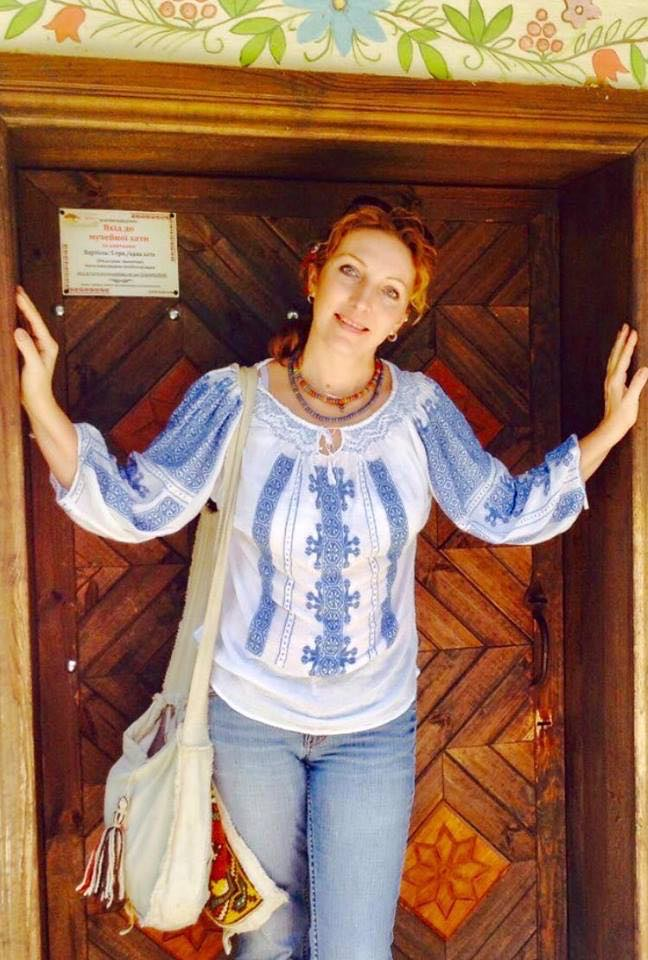 Анжелина Швачка, вышиванка, джинсы