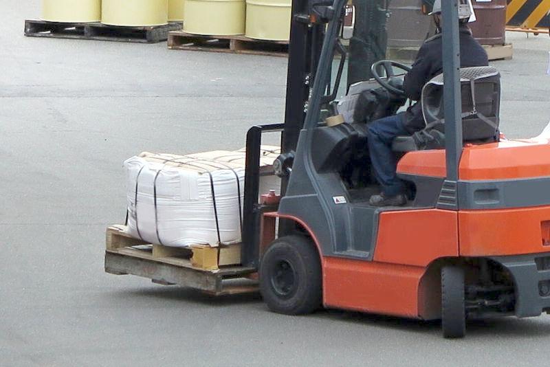 積荷を運ぶフォークリフト。写真AC