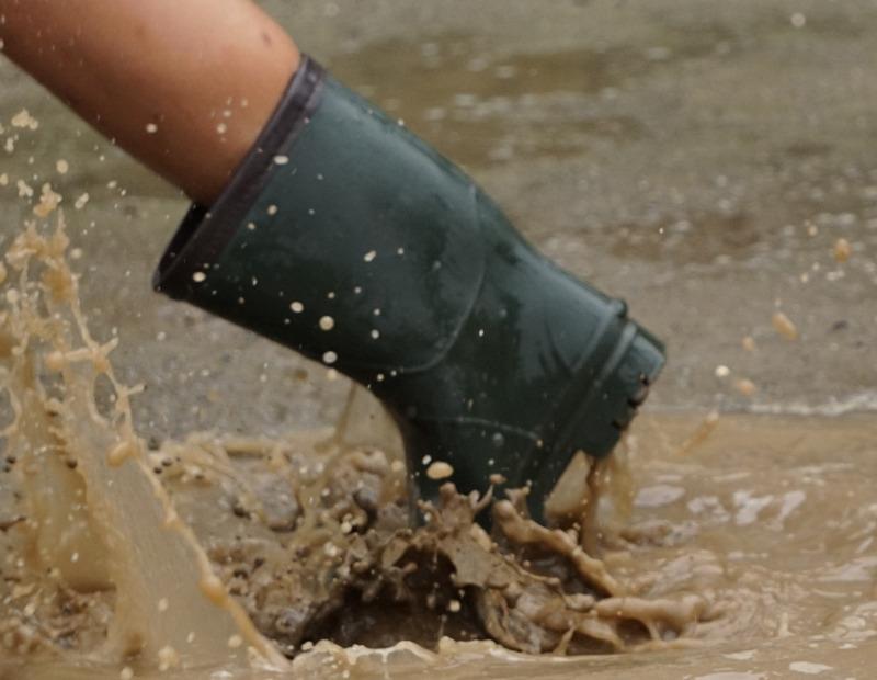 濡れた長靴。写真AC