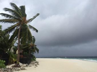 sezon deszczowy na Malediwach, szare niebo, burza, silny wiatr