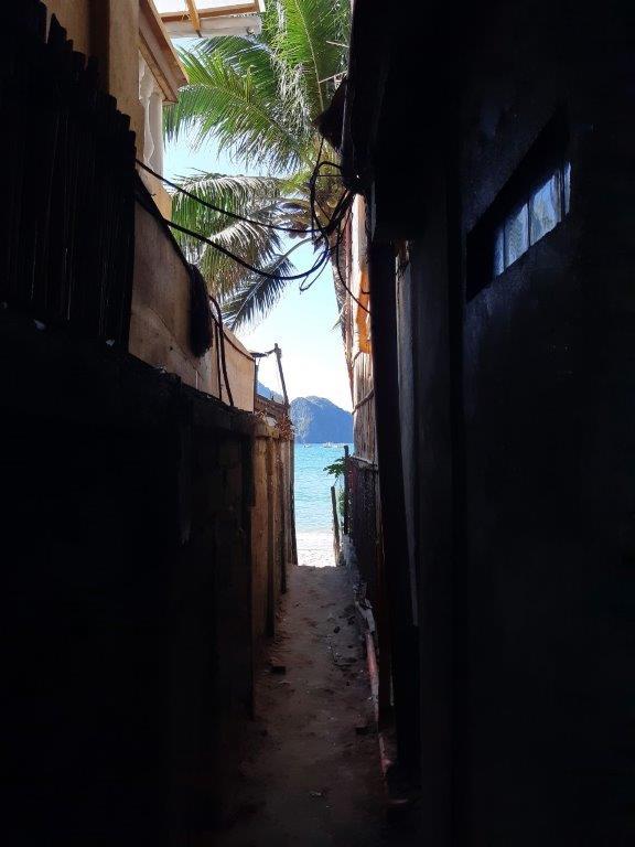 Takas link paplūdimio tarp namų