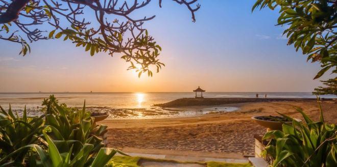 Saulėtekis Sanuro paplūdimyje