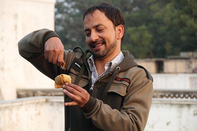 Deepak Dobriyal relishes each scene and each samosa