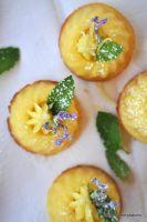 Zitronenkokos-Gugl mit Zitronenbuttercreme, Zitronenminze und blauem Krönchen von Christine von Little Red Temptations http://littleredtemptations.com/2014/06/14/so-sus-kann-sauer-sein-zitronenkokos-gugl-mit-zitronenbuttercreme-zitronenminze-und-blauem-kronchen/