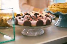 Der Strawberry Cheesecake mit Blaubeeren von meinem Buchcover. Hier allerdings noch mit Macaronhälften am Rand.