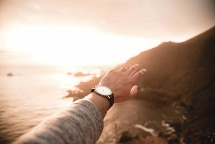 夕日に腕を伸ばす