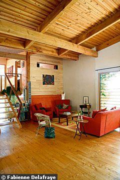 интерьер холла экодом потолок и стены из бревен деревянный пол