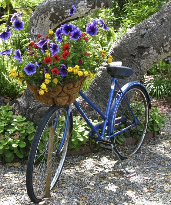 Украшение сада старым велосипедом