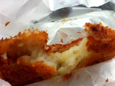 直江津の「肉のいろは」の揚げたてコロッケ、中はホクホク