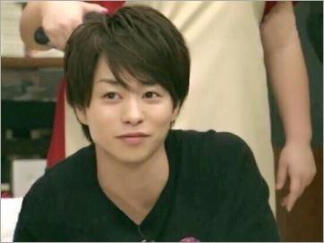 黒いシャツの櫻井翔