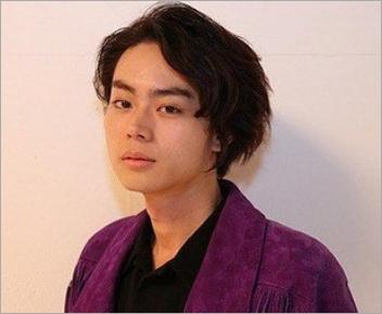 紫のジャケットを着た菅田将暉