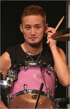 ドラムを前にする松岡昌宏