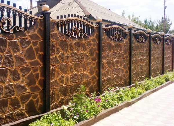 Заборы и ограждения для дома. Фото красивых оград частных ...