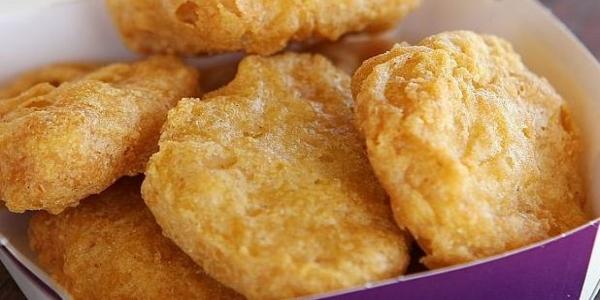 科學家把從麥當勞買來的麥克雞塊放到「顯微鏡」下研究美味秘方!沒想到居然看到了藍藍的....我要吐了!