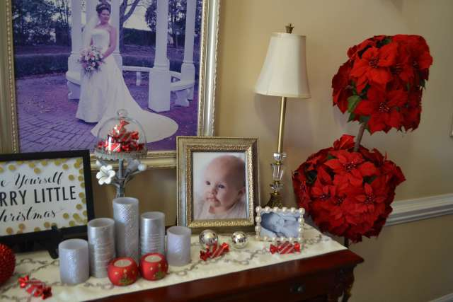 I love these little touches of red in the foyer.