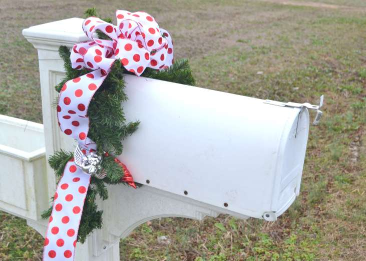 DIY Mailbox Garland