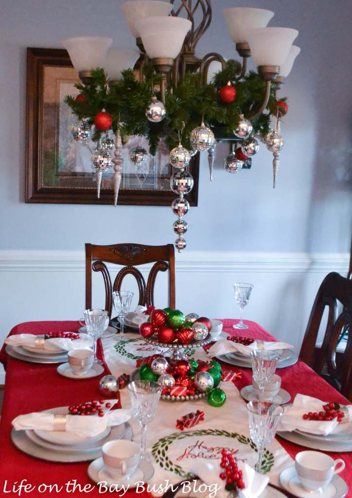 Need a last minute centerpiece? Love this Christmas Tablescape!