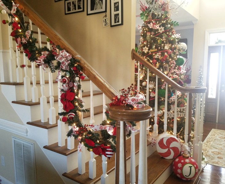 Love these Christmas Decorations on the staircase! #christmasdecor #christmas