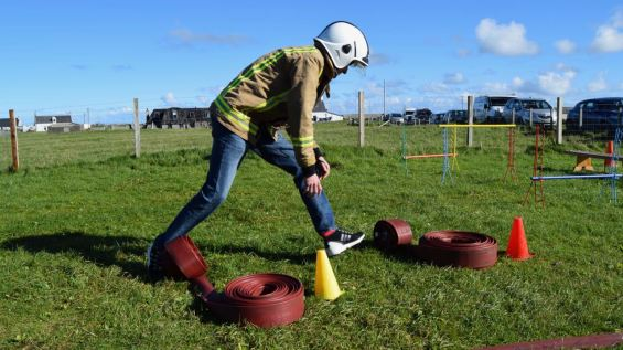 Learning a fireman's life by taking part in an obstacle course