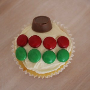 Simple Christmas bauble cupcakes - Life on Wallace
