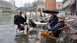 121112091858-venice-flooding-acqua-alta-high-tide-cafe-tourists-horizontal-large-gallery