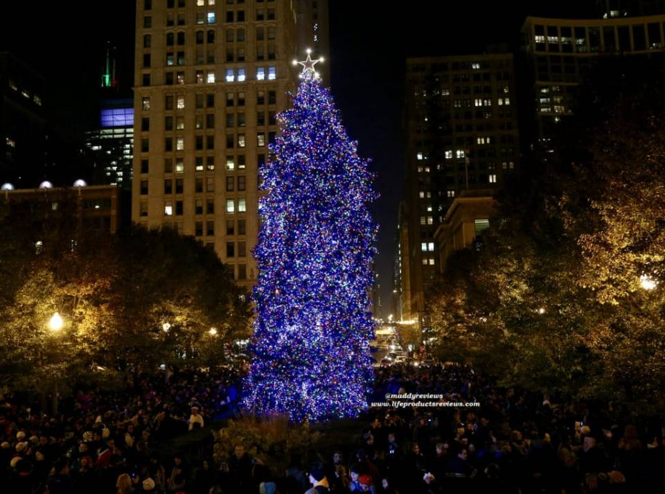 Christmas Tree Downtown Chicago.Event For The New Year Resolution At The Christkindl Market