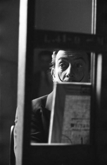 Copie de la Dentellière de Vermeer par Dalí au Louvre en novembre 1954.