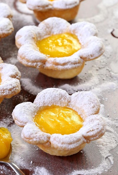 Flower-shaped lemon tarts