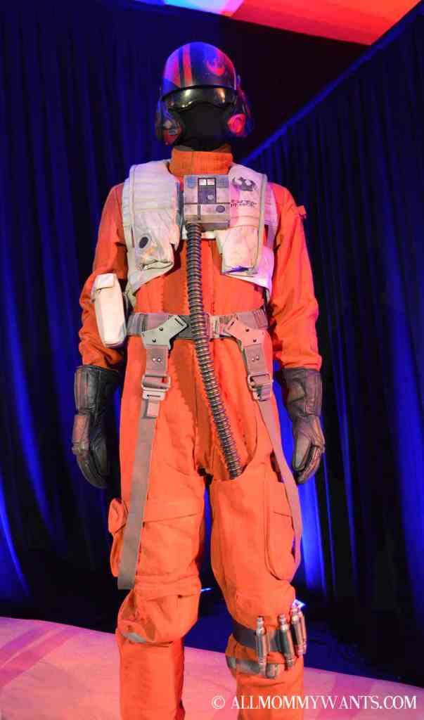 While Poe's costume looks identical to the original X-Wing Fighter uniform, there are differences
