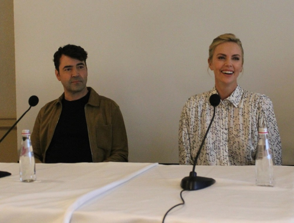 Ron Livingston and Charlize Theron