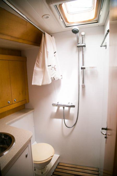 Salle de bain avant gauche