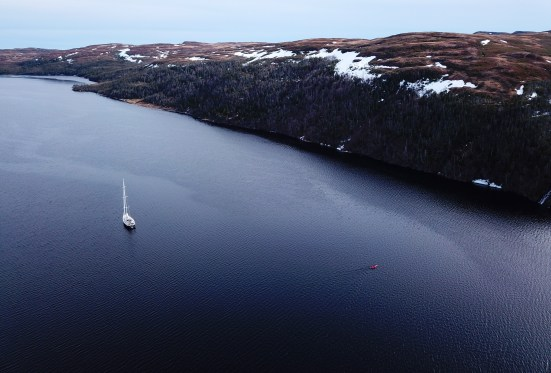 LifeSong et un kayak dans un fjord de Terre-Neuve