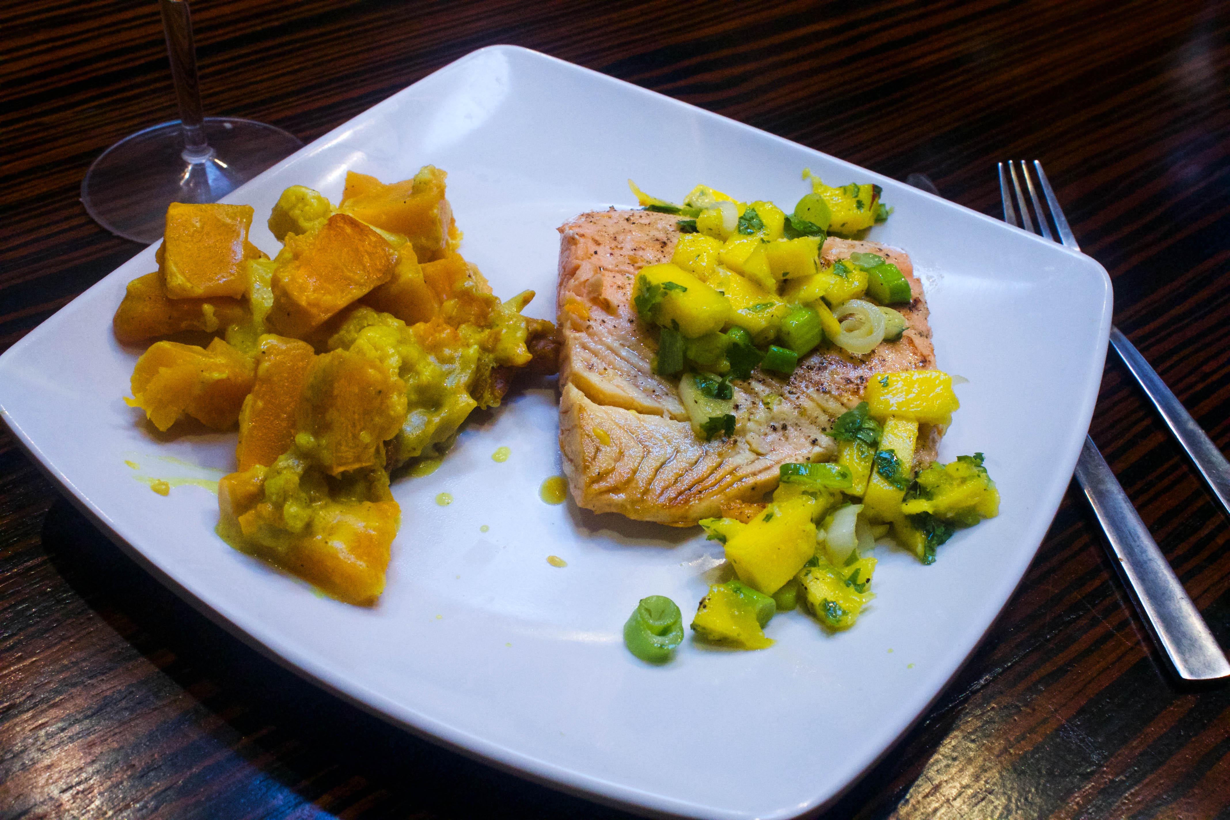 Saumon à la mangue et coriandre servis avec patates douces au curry