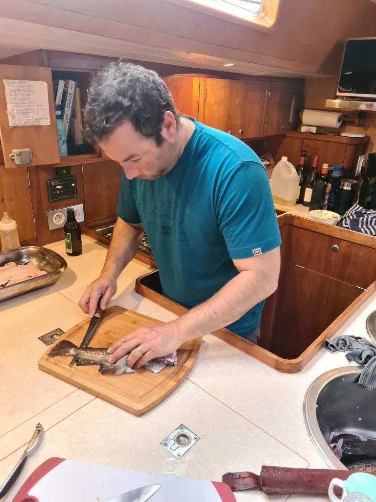 Le Capitaine fait des filets de poissons