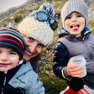 Emmanuelle, Raphael et Jade à la cueillette d'airelles