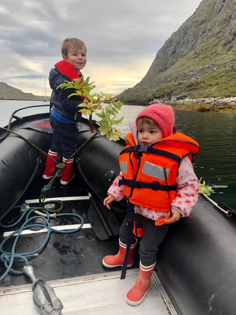 Les enfants à bord de l'annexe qui ont ramassé de l'angélique