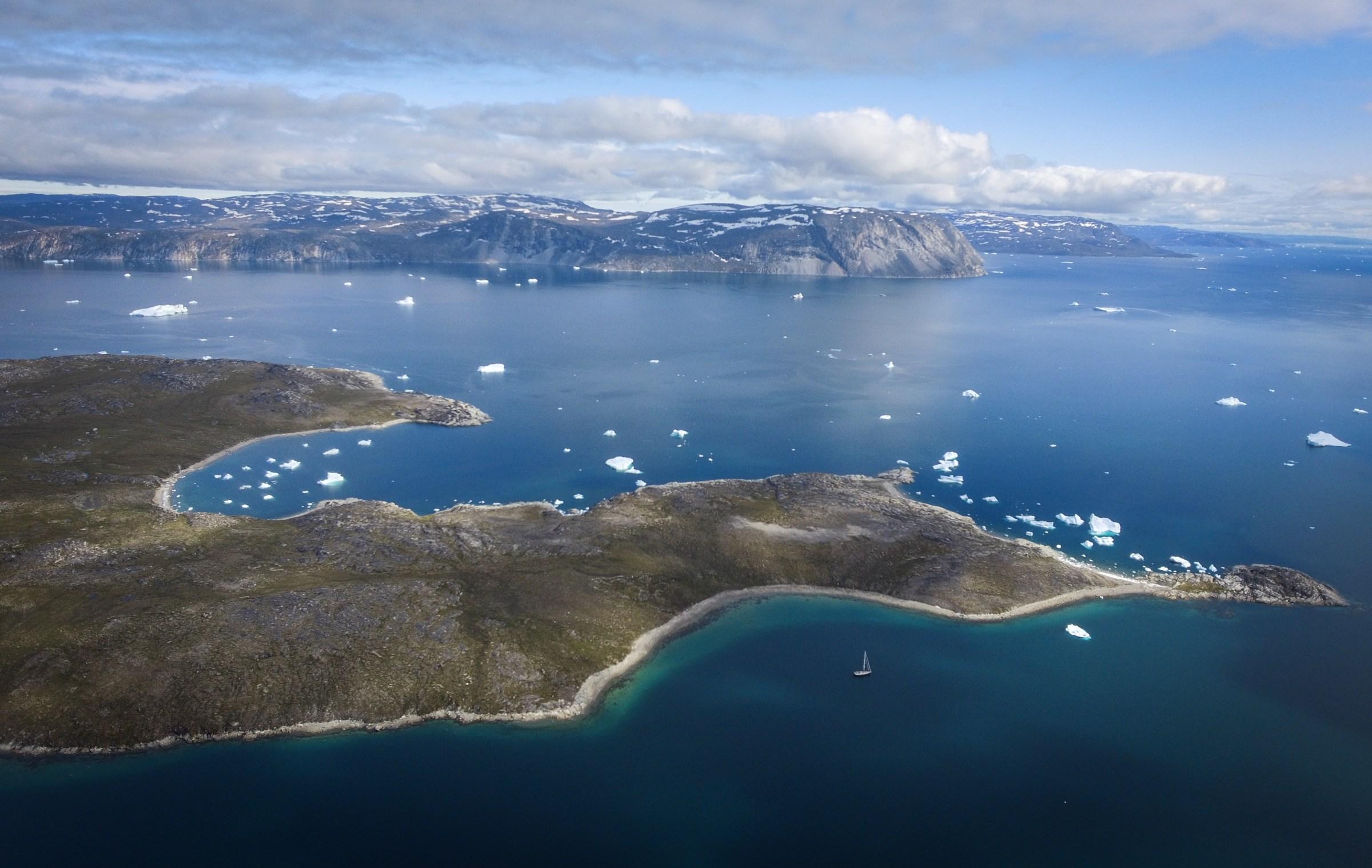 LifeSong en croisière au Baie de Disko, Groenland à côté des icebergs