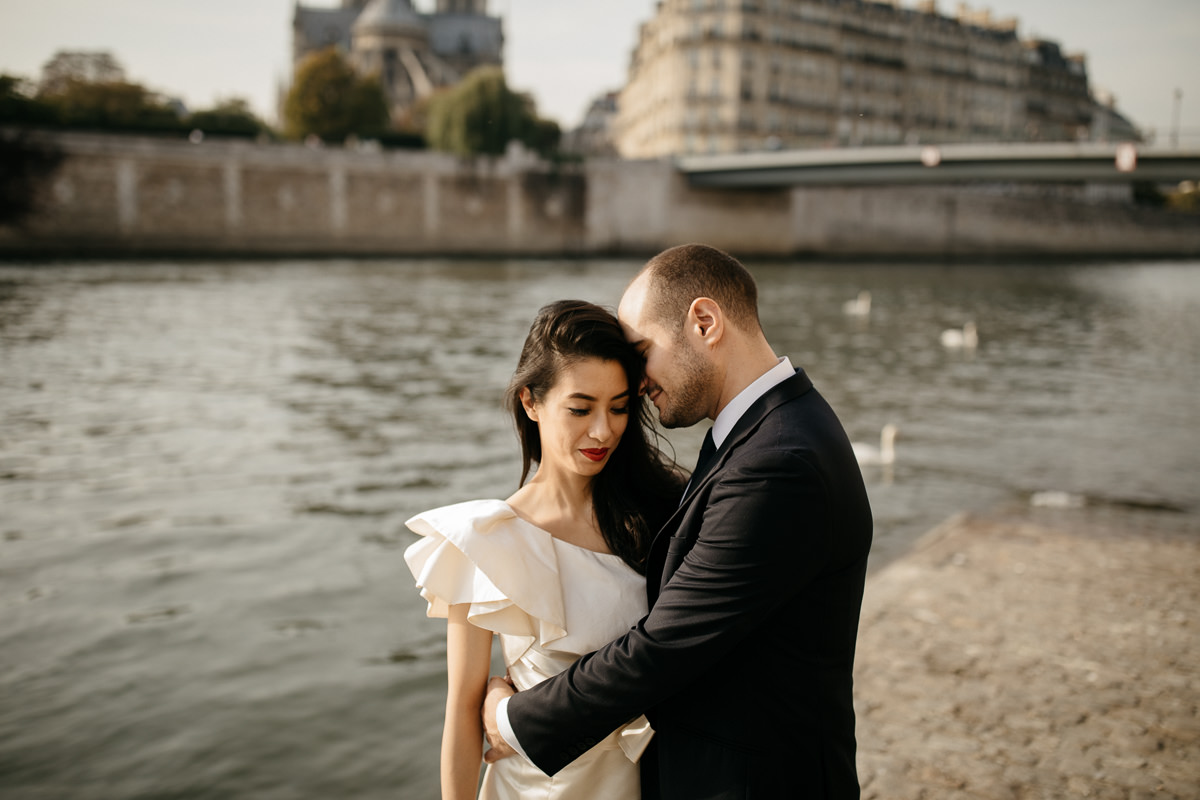 couple on the bank of the Seine in Paris