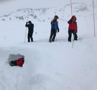 Sondaje con víctima, mochila y pala bajo nieve