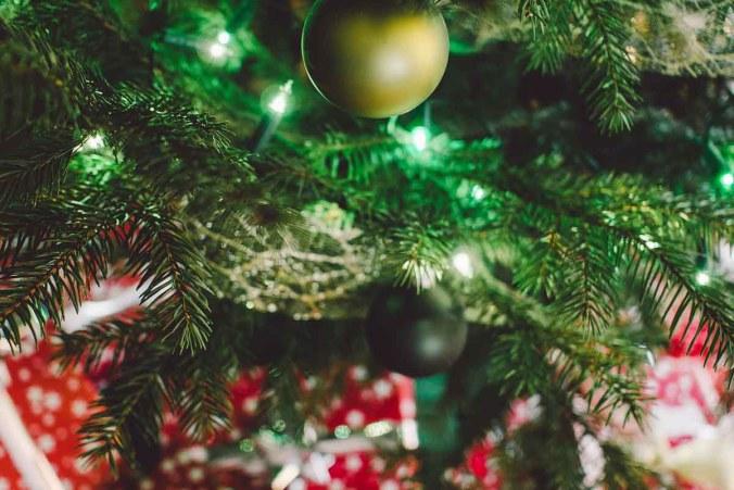 christbaumkugel-weihnachtsbaum-weihnachtsgeschenke