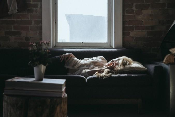 frau sofa power napping