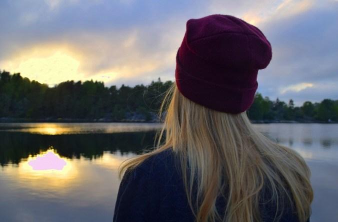 mütze blondine pullover see