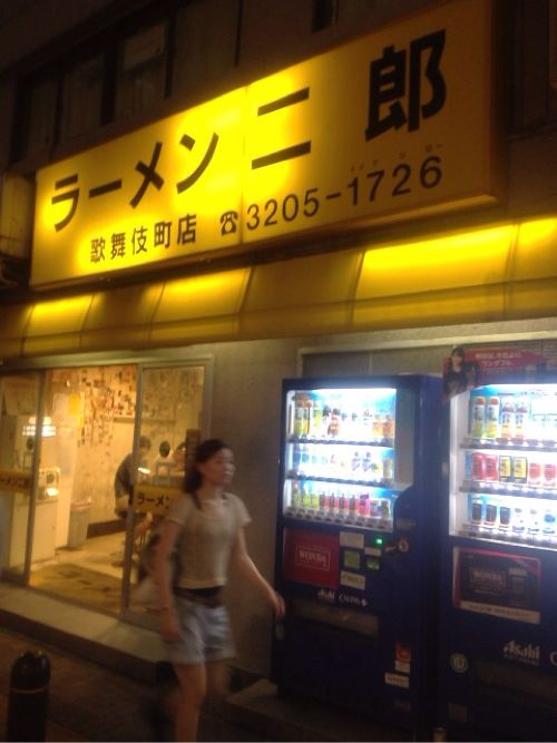盛り付けのキレイさNo.1!「ラーメン二郎歌舞伎町店」で小豚野菜増し増し辛めを食べた!