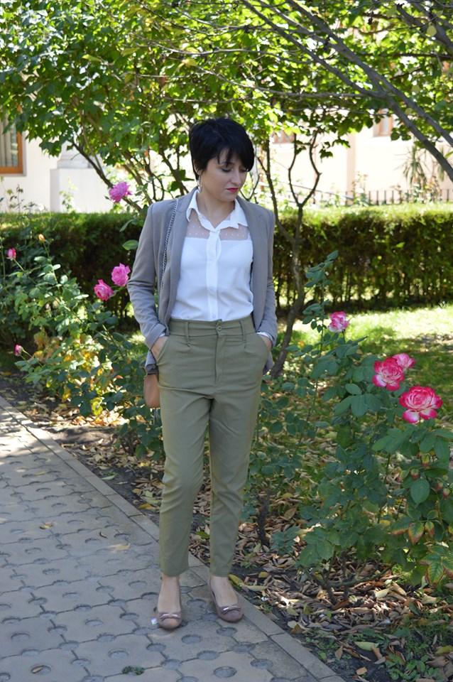 cămașă albă și pantaloni kaki