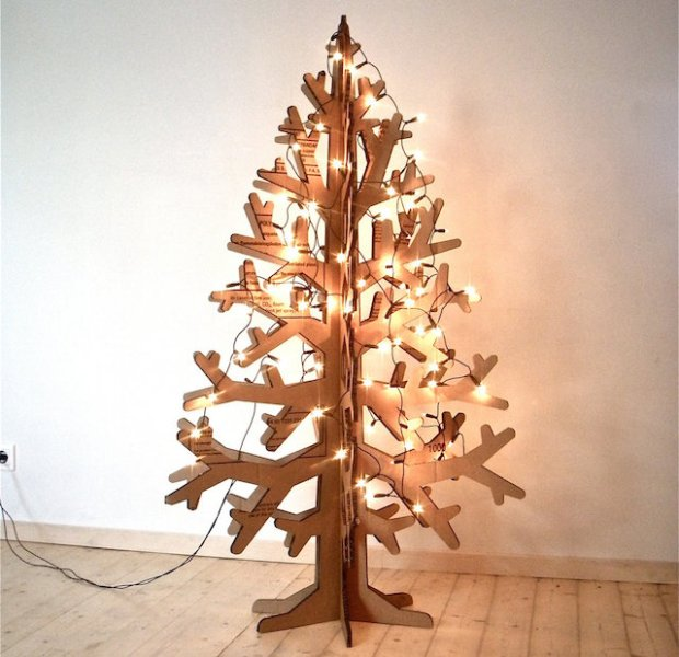 Albero di Natale realizzato con del cartone spesso intagliato